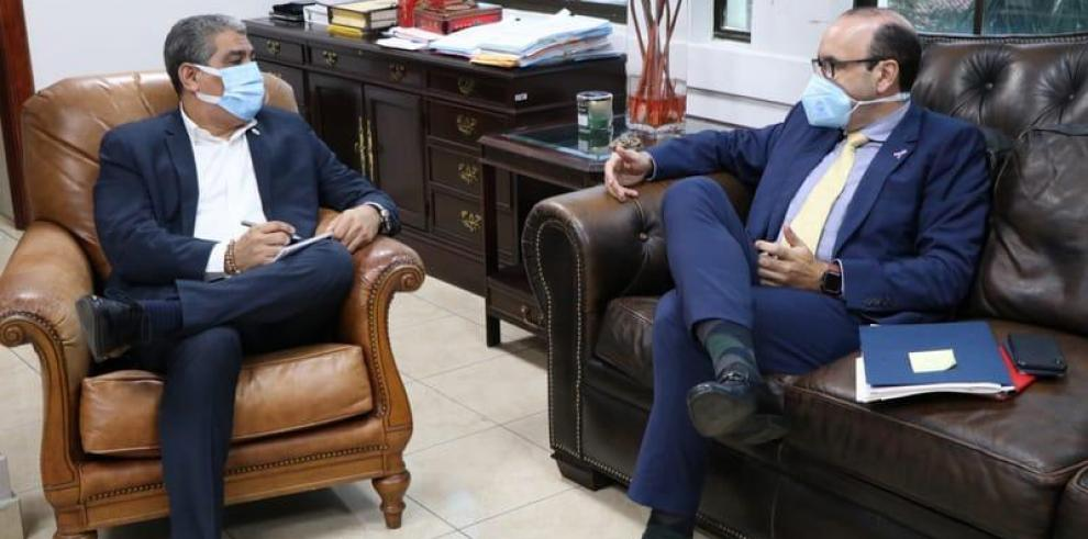 Reunión entre Luis Francisco Sucre, titular del MINSA (i) y Eduardo Leblanc, defensor del pueblo (d).