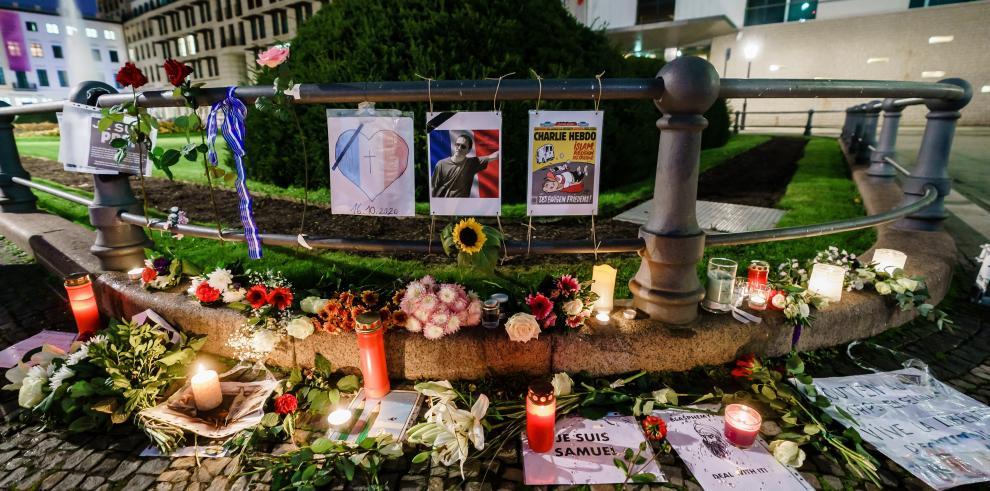 Homenaje al profesor francés decapitado