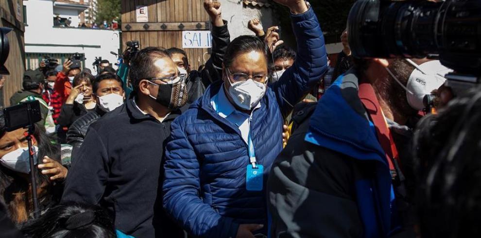El candidato del Movimiento al Socialismo, Luis Arce, saluda luego de votar en una escuela en la ciudad de La Paz