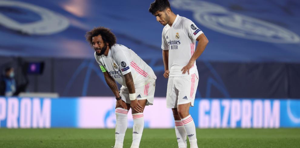 Los jugadores del Real Madrid, Marcelo Vieira (i) y Marco Asensio