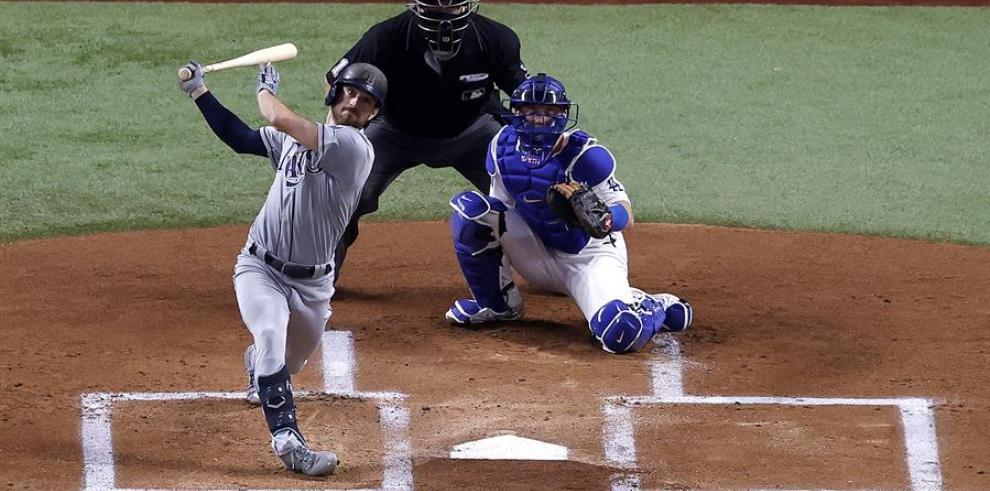 El jugador de los Rays de Tampa Bay Brandon Lowe pega un jonrón durante el segundo partido de la Serie Mundial de las Grandes Ligas de Béisbol