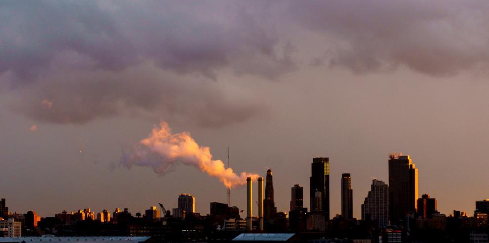 Emisiones que provienen de una central eléctrica en Brooklyn