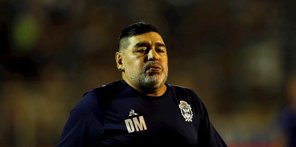 En la imagen, el entrenador de Gimnasia y Esgrima La Plata, Diego Maradona