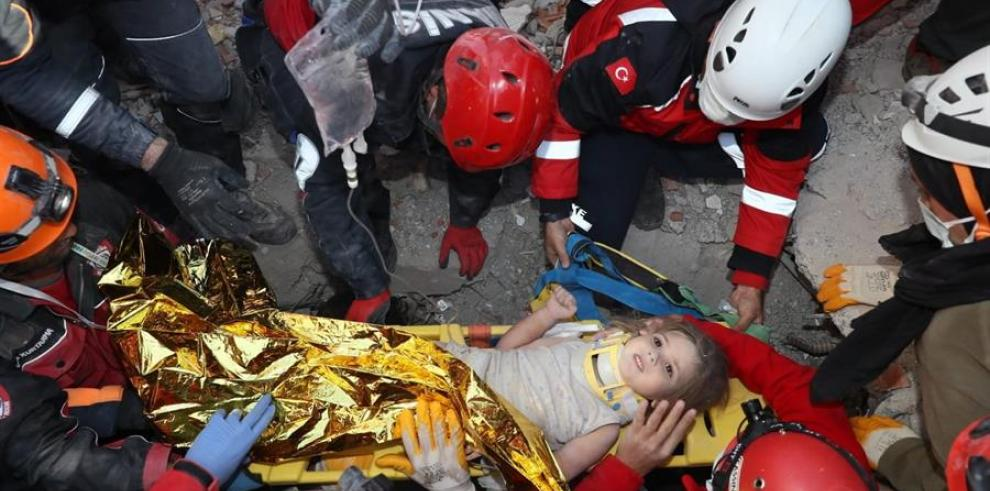 Rescatan a niña tras 4 días bajo los escombros del terremoto en Turquía