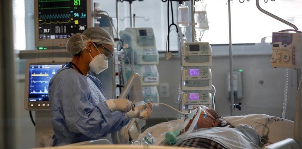 Una médica observa a un paciente en la Unidad de Cuidados de Intensivos, en el hospital Emilio Ribas en Sao Paulo