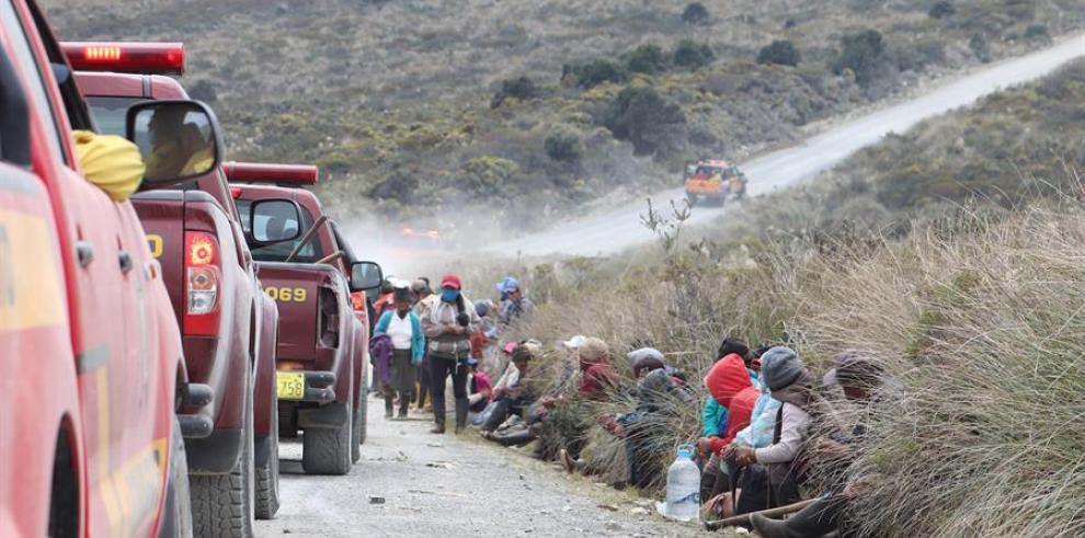 Fotografía cedida por el Ministerio de Ambiente de pobladores que son trasladados a un lugar seguro a causa de los incendios forestales en el Parque Nacional Cayambe, hoy al norte de la provincia de Pichincha en Ecuador