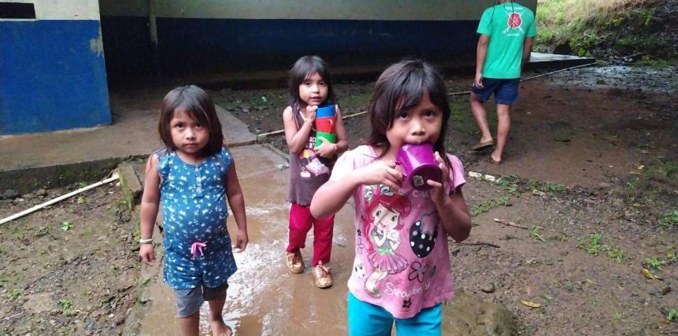 Familias enteras damnificadas fueron reubicadas en albergues temporales donde la ayuda humanitaria difícilmente les está llegando.