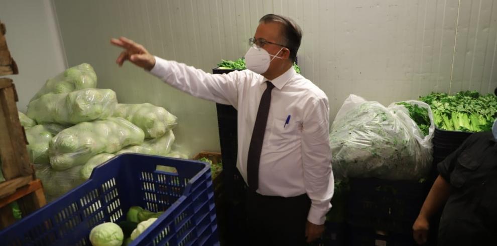 El ministro de Desarrollo Agropecuario, Augusto Valderrama, inspecciona los precios de los productos en Merca Panamá.