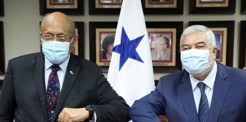 El ministro del MEF junto al embajador de España