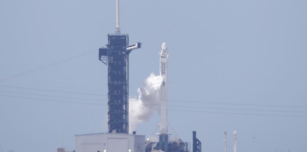 Un cohete Falcon 9 de SpaceX con la cápsula Dragon