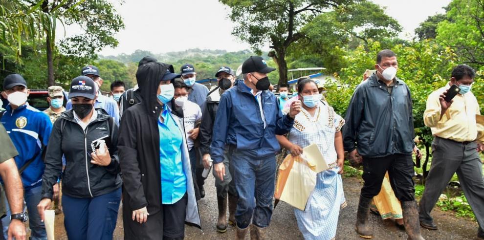 Momentos en que el gobierno ofrece asistencia a las personas damnificadas de la Comarca Ngäbe Buglé.
