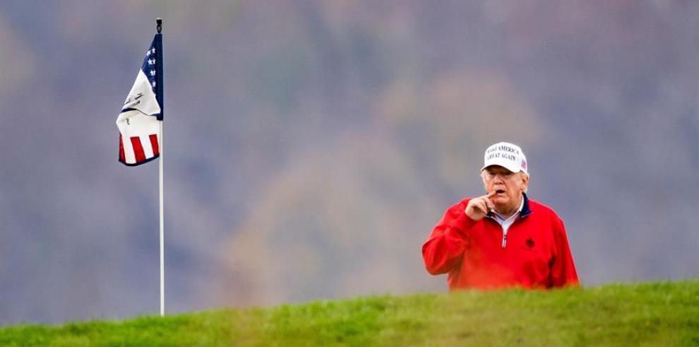 El presidente de EE.UU., Donald J. Trump juega golf en su club privado en Virginia
