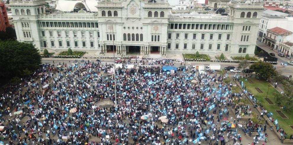 manifestantes mientras protestan en la Plaza de La Constitución, en contra del Gobierno del presidente Alejandro Giammattei hoy en Ciudad de Guatemala (Guatemala).