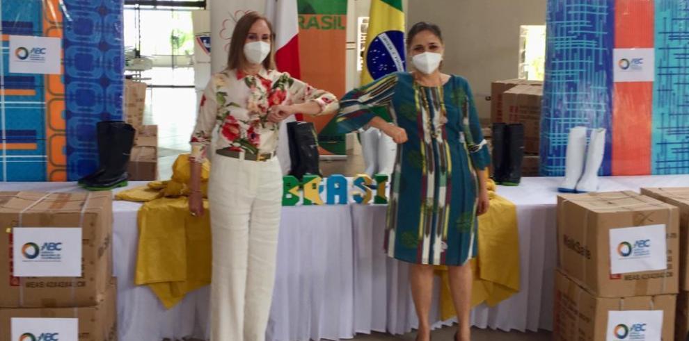la embajadora de Brasil, Glivânia Oliveira, tuvo el honor de hacer entrega de la primera parte de la donación