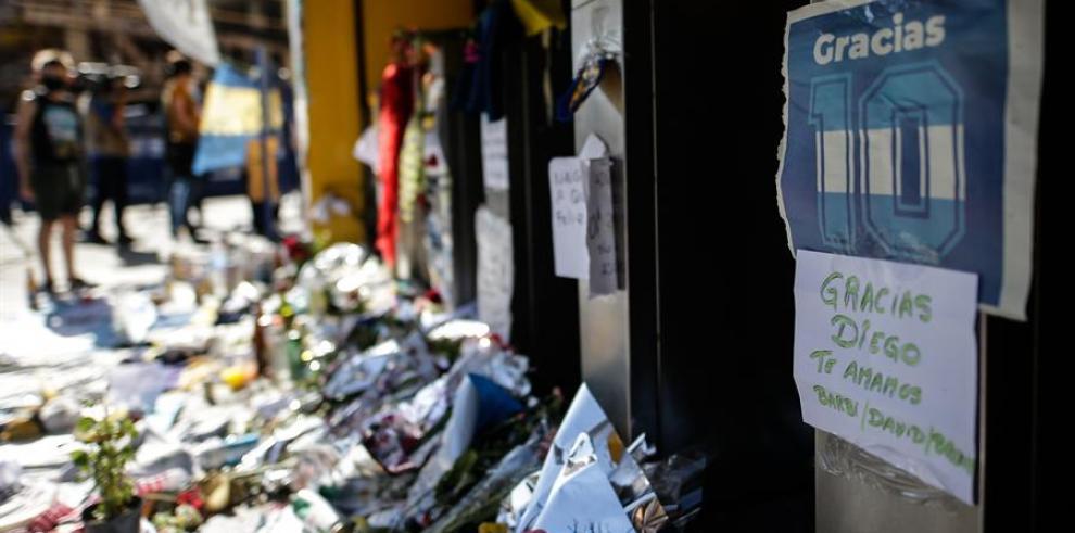 Aficionados argentinos de Diego Armando Maradona, fallecido a los 60 años, crearon un 'altar' en su honor en las inmediaciones de La Bombonera