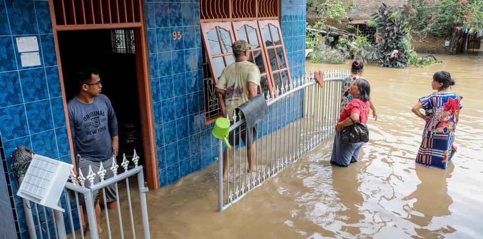 Las autoridades indicaron que las copiosas lluvias causaron el desbordamiento de varios ríos