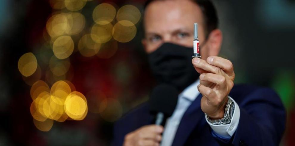 El gobernador de Sao Paulo, Joao Doria, muestra hoy una ampolleta de
