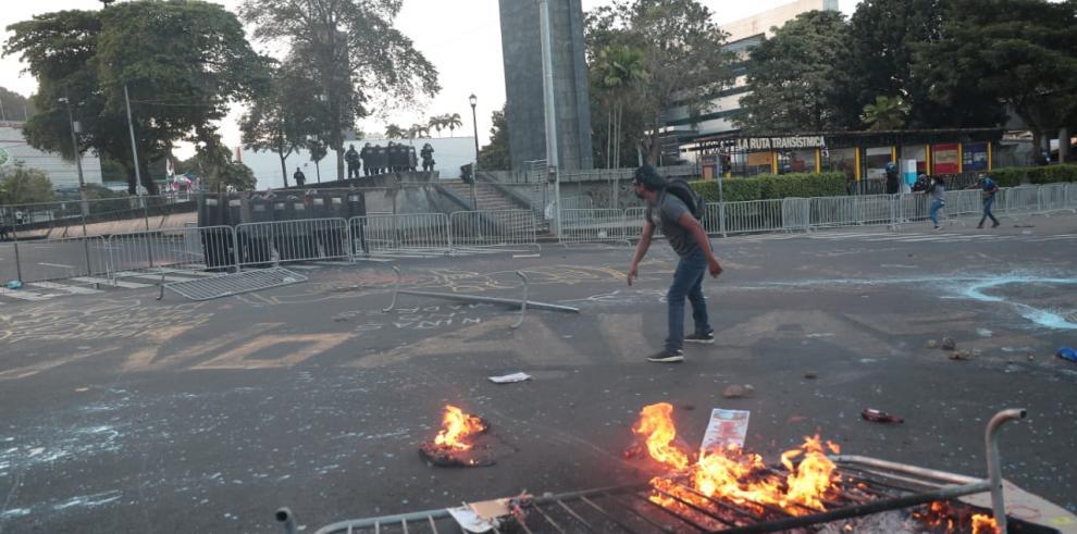 Manifestantes lanzaron piedras y pintura al grueso contingente policial que custodiaba la sede de la Asamblea Nacional ,