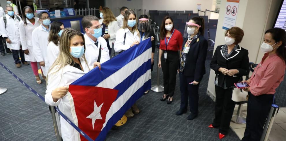 Médicos cubanos llegan a Panamá para combatir la covid-19