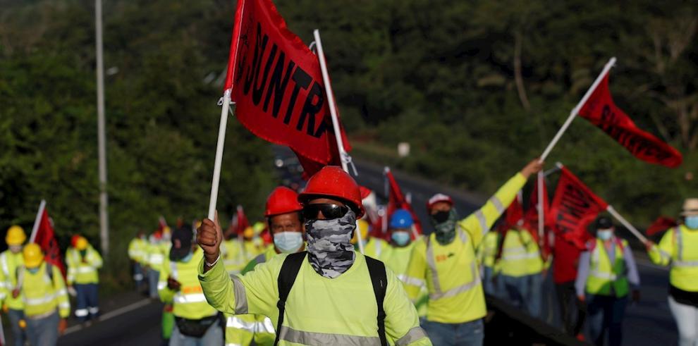 Los miembros del Sindicato Único Nacional de Trabajadores de la Construcción y Afines (SUNTRACS) protestan