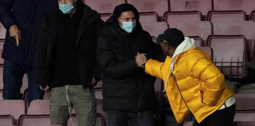 El delantero argentino del FC Barcelona Lionel Messi saluda a Ansu Fati