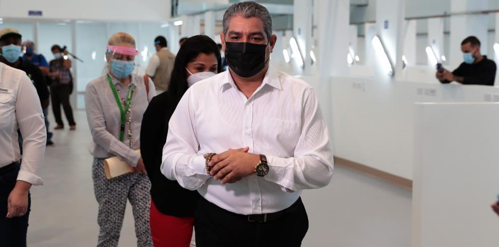 El ministro de Salud, Luis Francisco Sucre, durante un recorrido por las instalaciones del Instituto Técnico Superior Especializado.
