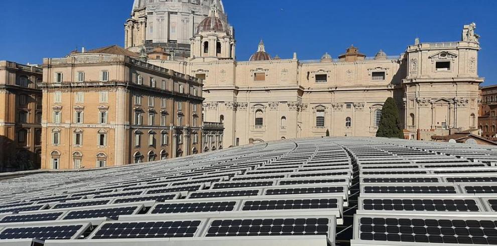 El Vaticano lleva tiempo trabajando para cumplir el compromiso ambicioso del papa Francisco de reducir a cero las emisiones netas del pequeño Estado antes de 2050 con la instalación de paneles solares, el empleo de coches eléctricos o luces de bajo consum
