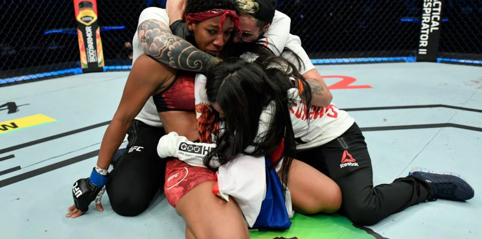 Panameña triunfa en pelea de peso gallo femenino en la UFC