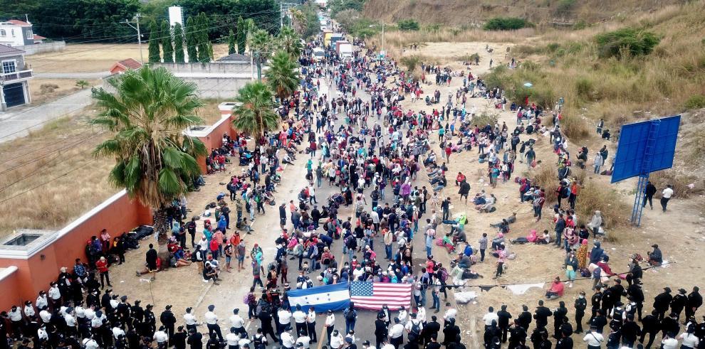 La policía guatemalteca fue registrada este lunes al dispersar la caravana migrante de miles de personas