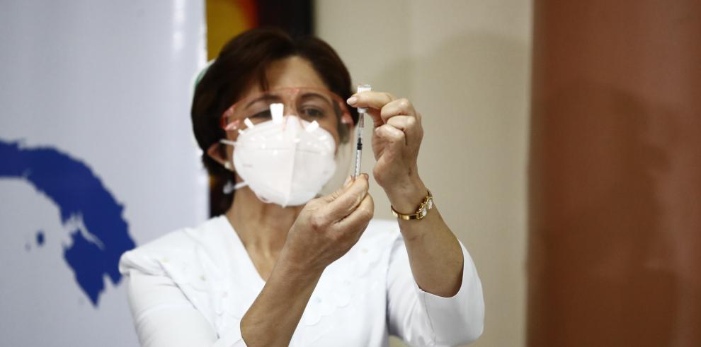 Médicos intensivistas denuncian irregularidades en proceso de vacunación contra a covid-19