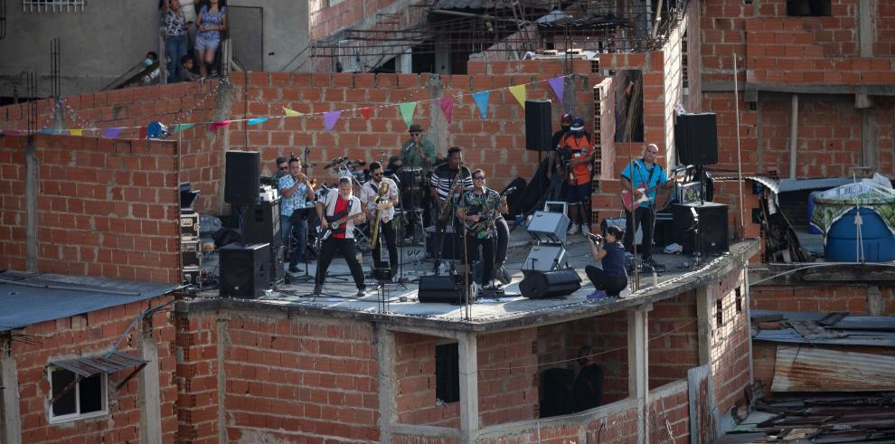 Los integrantes de la banda venezolana de Ska Desorden Público ofrecen un concierto desde la terraza de una casa