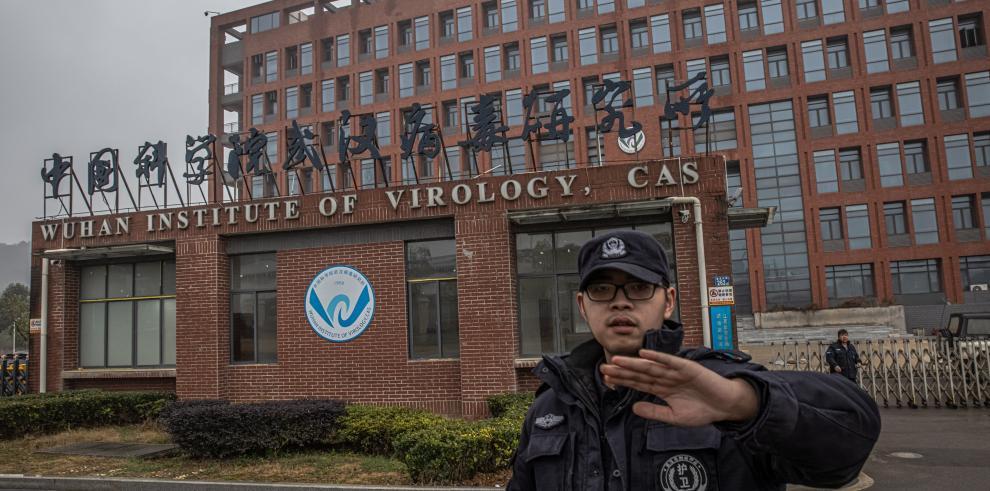 Un agente de seguridad impide tomar imágenes en el exterior del Instituto de Virología de Wuhan, China