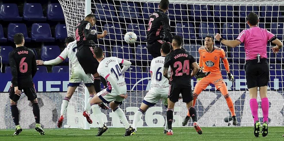 El centrocampista del Real Madrid Carlos Casemiro (3-i) cabecea un balón para marcar ante el Valladolid, durante el partido de Liga en Primera División disputado en el estadio José Zorrilla.