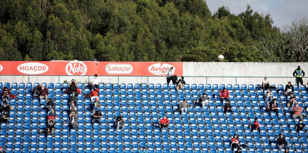 Aficionados portugueses hoy sábado en el estadio de Sao Miguel