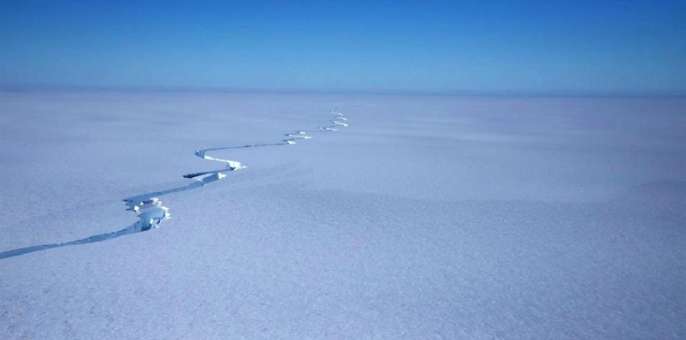 Fotografía facilitada por el British Antarctic Survey (BAS) que muestra una grieta en la plataforma de hielo Brunt, el 12 de enero de 2021