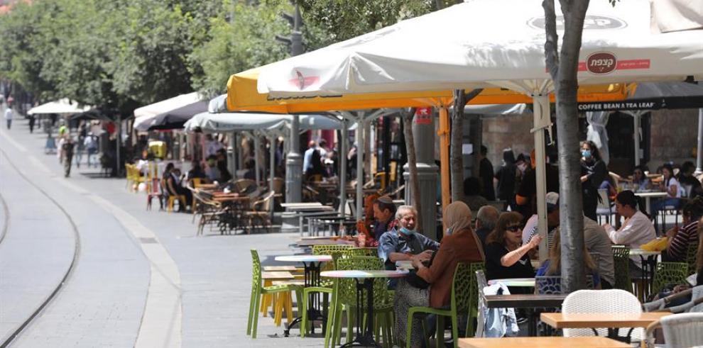 Israel reabre cafés, bares y restaurantes, con privilegios para vacunados