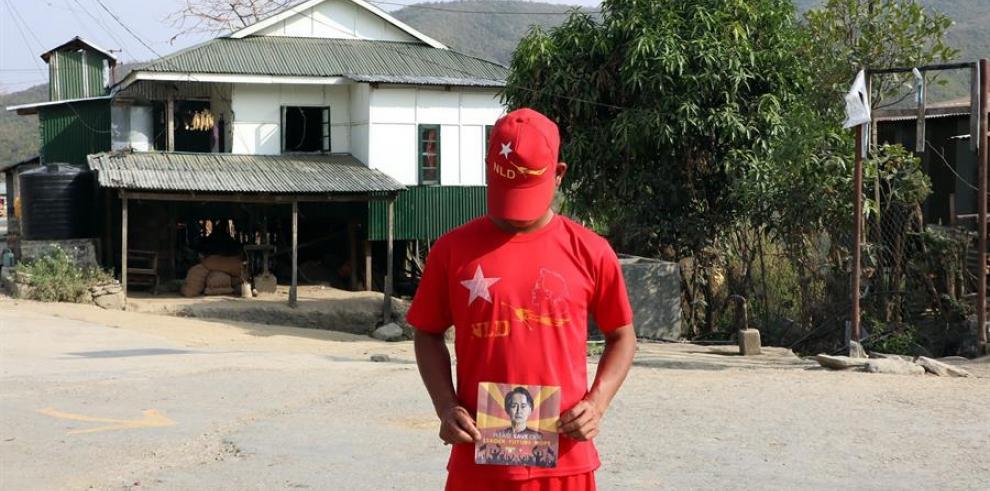 Policías birmanos huidos a India: