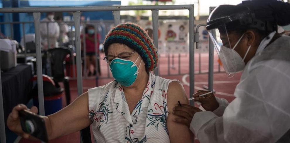 Una mujer recibe una vacuna contra la covid-19 el 10 de marzo de 2021, en el campo polideportivo del barrio Gerona, en Ciudad de Guatemala