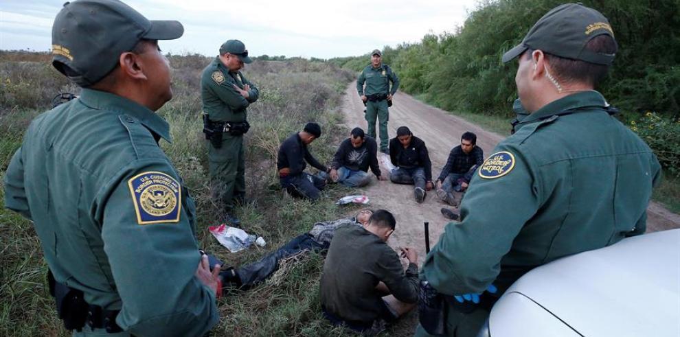 Agentes de la Patrulla Fronteriza de los Estados Unidos registran a personas sospechosas de cruzar el río Grande para ingresar ilegalmente a los Estados Unidos cerca de McAllen, Texas
