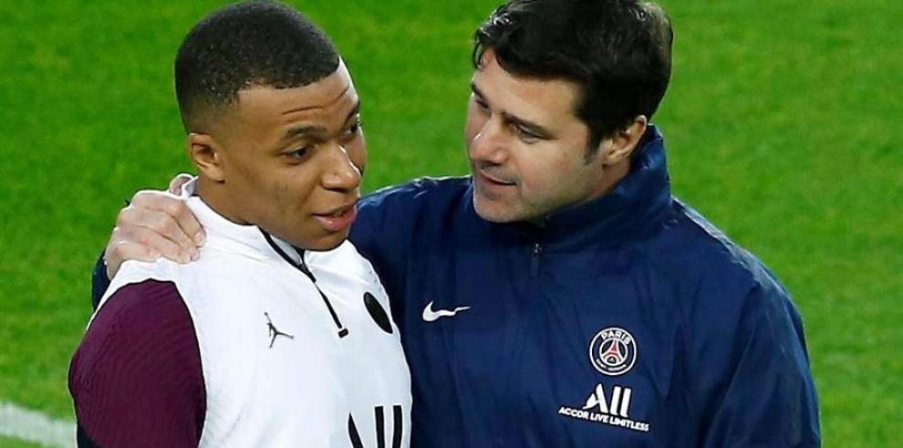El entrenador del París Saint-Germain, Mauricio Pochettino (d), conversa con el delantero francés Kylian Mbappé