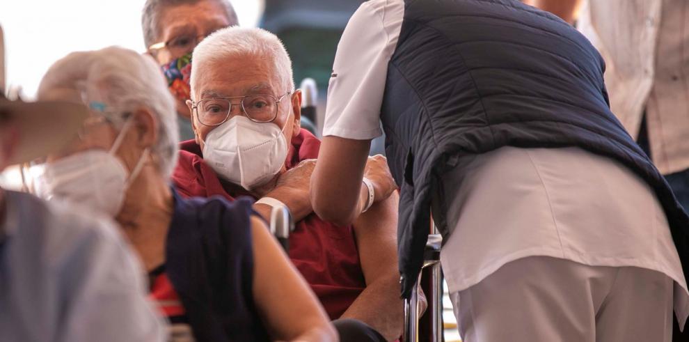 Un adulto mayor es vacunado contra la covid-19