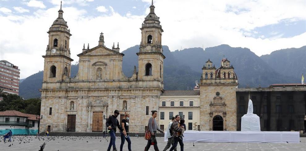 Colombia enfrenta un primer fin de semana confinada por la tercera ola de covid-19
