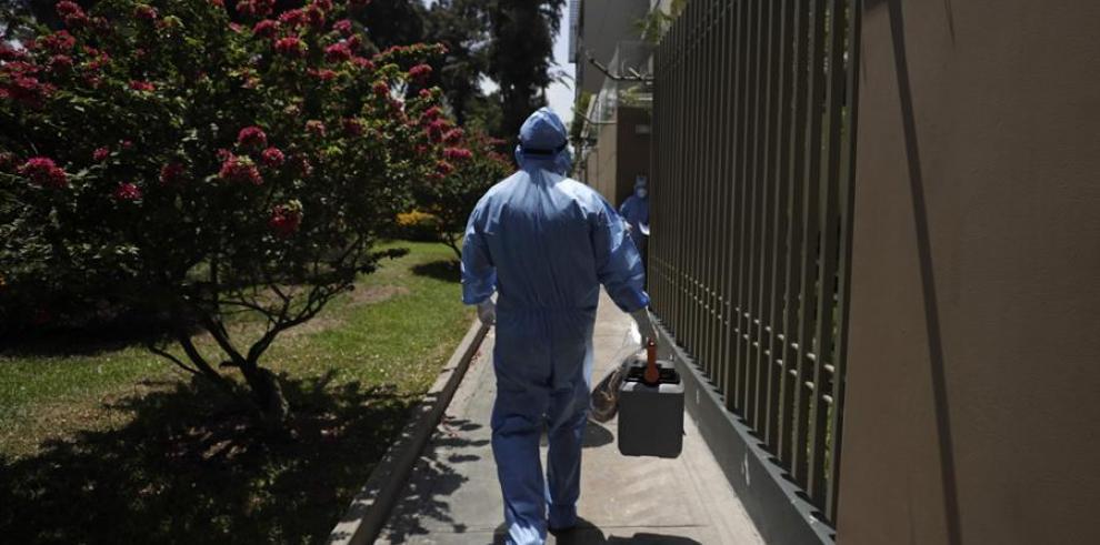 Personal médico recorre las calles durante la campaña de vacunación de adultos mayores contra la covid-19 en Lima (Perú).