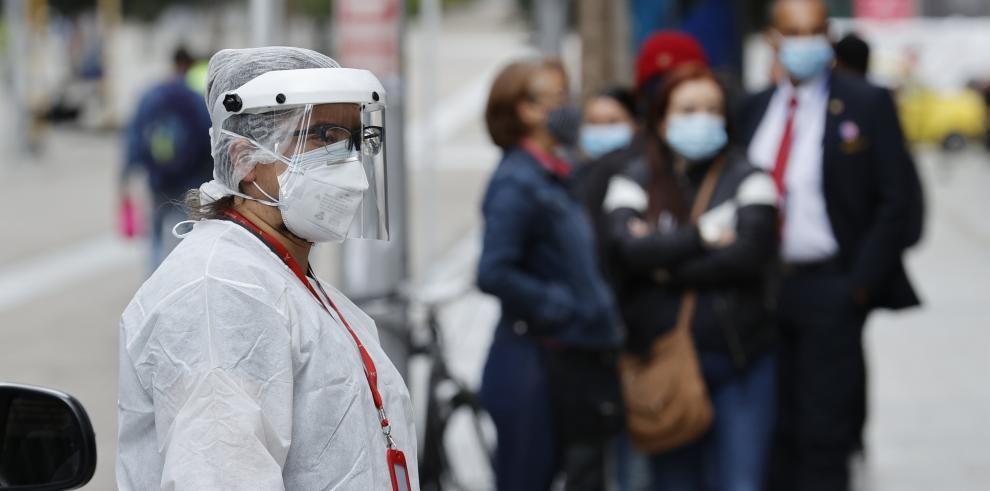 Personal de salud realiza hoy pruebas de covid-19, en Bogotá
