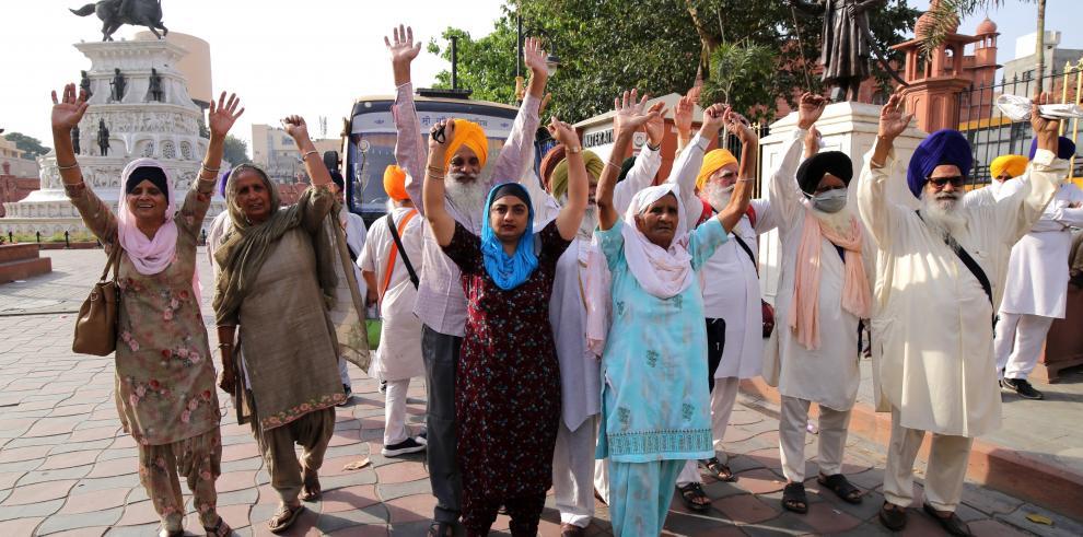 Devotos sijs celebran su viaje a Pakistán para participar en el festival Visakhi