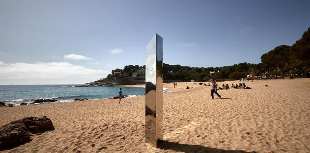 El monolito apareció en la playa el pasado 30 de marzo y sorprendió por su similitud a otros encontrados en distintos países, algunos en España, sin que se conozca a sus autores