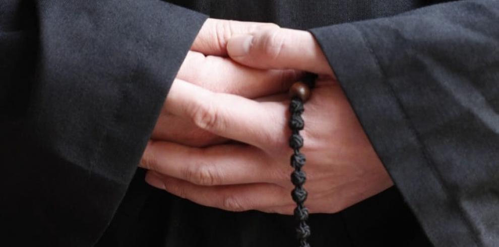 Suspenden a sacerdote investigado por delitos sexuales contra menor de 5 años
