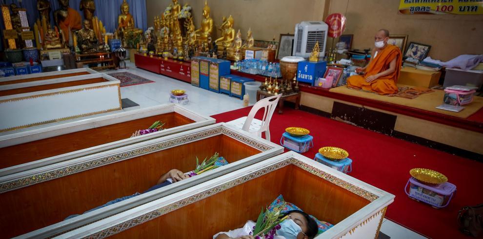 Este rito comenzó a celebrarse en esta pagoda de Bangkok hará unos 17 años