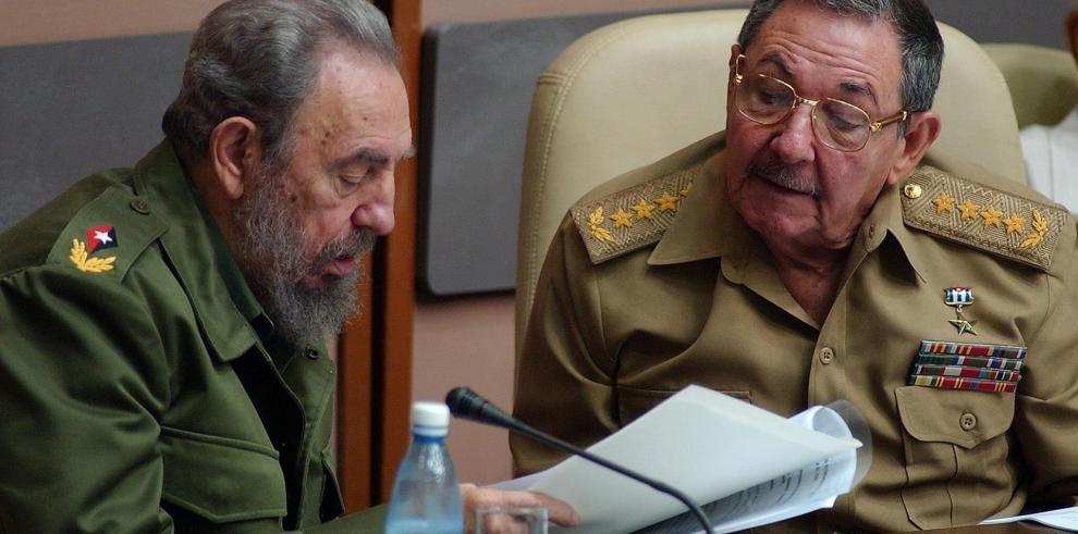 Los líderes cubanos Fidel (i) y Raúl Castro (d).