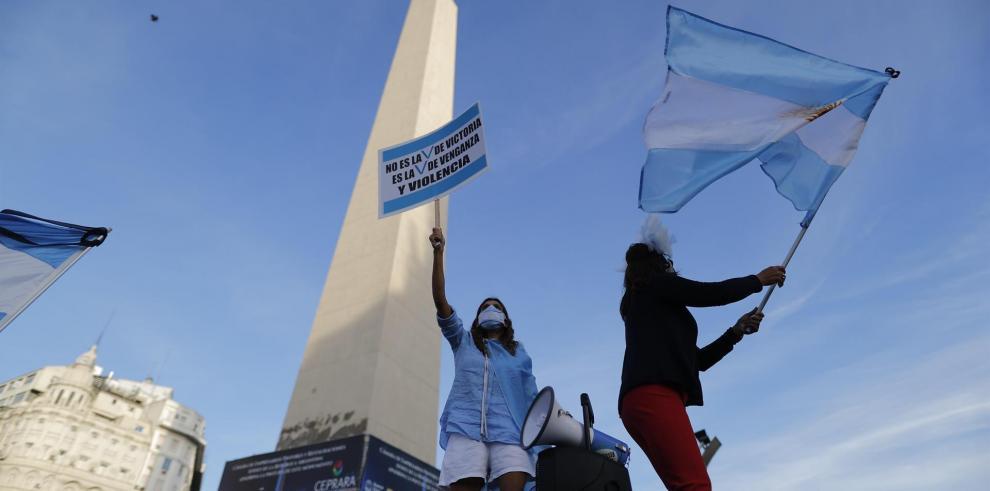 Manifestantes fueron registrados este sábado, durante un protesta contra el gobierno del presidente Alberto Fernández